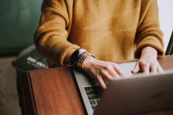 Lorsqu'une consommatrice écrit sur votre entreprise de manière positive, elle s'engage pour votre entreprise. Son désir d'être cohérent avec ses engagements l'amènera à être un acheteur régulier. <em>Photo : Christin Hume.</em>» width=»570″ height=»380″ srcset=»https://repha.fr/wp-content/uploads/2020/04/1588067083_35_5-idees-de-marketing-de-contenu-pour-mai-2020.jpg 570w, https://www.practicalecommerce.com/wp-content/uploads/2020/04/040220-writing-graphic-300×200.jpg 300w, https://www.practicalecommerce.com/wp-content/uploads/2020/04/040220-writing-graphic-768×512.jpg 768w, https://www.practicalecommerce.com/wp-content/uploads/2020/04/040220-writing-graphic-150×100.jpg 150w, https://www.practicalecommerce.com/wp-content/uploads/2020/04/040220-writing-graphic-500×334.jpg 500w, https://www.practicalecommerce.com/wp-content/uploads/2020/04/040220-writing-graphic.jpg 1000w» sizes=»(max-width : 570px) 100vw, 570px»/></p> <p id=