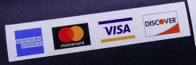 Les marques de cartes - American Express, Mastercard, Visa et Discover - fixent les règles et les réglementations applicables aux fournisseurs de comptes de commerçants.