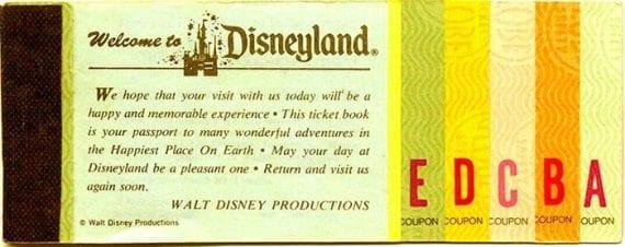 Disneyland a ouvert ses portes en juillet 1955, délivrant des billets comme celui-ci aux clients.