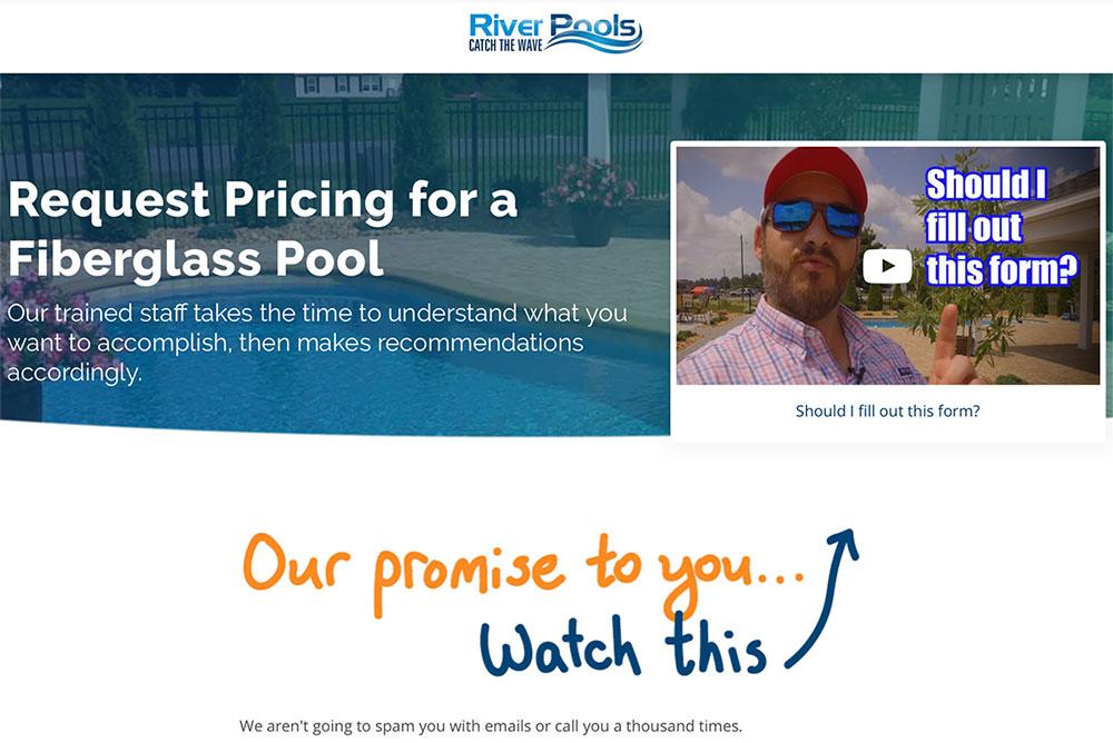 Page de contact des piscines fluviales comprenant une vidéo