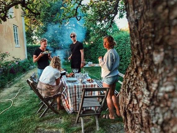 Certaines familles sont réticentes à voyager cet été et sont réceptives aux suggestions de vacances dans leur cour. <em>Photo : Johanna Dahlberg.</em>» width=»570″ height=»428″ srcset=»https://repha.fr/wp-content/uploads/2020/06/5-idees-de-marketing-de-contenu-pour-juillet-2020.jpg 570w, https://566763.smushcdn.com/754212/wp-content/uploads/2020/06/060220-backyard-vacation-300×225.jpg?lossy=1&strip=1&webp=1 300w, https://566763.smushcdn.com/754212/wp-content/uploads/2020/06/060220-backyard-vacation-288×216.jpg?lossy=1&strip=1&webp=1 288w, https://566763.smushcdn.com/754212/wp-content/uploads/2020/06/060220-backyard-vacation-150×113.jpg?lossy=1&strip=1&webp=1 150w, https://566763.smushcdn.com/754212/wp-content/uploads/2020/06/060220-backyard-vacation-500×375.jpg?lossy=1&strip=1&webp=1 500w, https://566763.smushcdn.com/754212/wp-content/uploads/2020/06/060220-backyard-vacation.jpg?lossy=1&strip=1&webp=1 700w» sizes=»(max-width : 570px) 100vw, 570px»/></p> <p id=