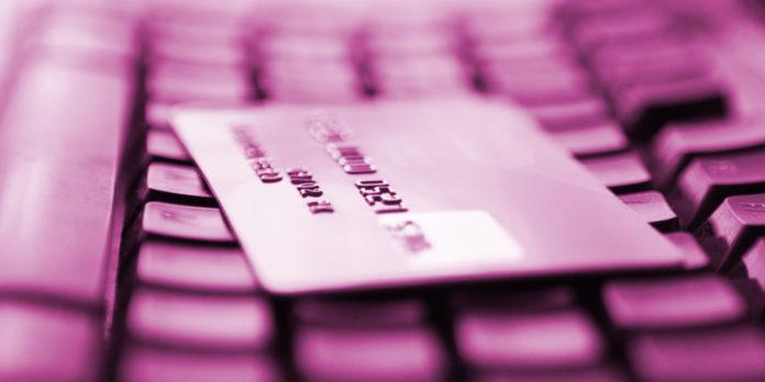 Carte de crédit sur le clavier