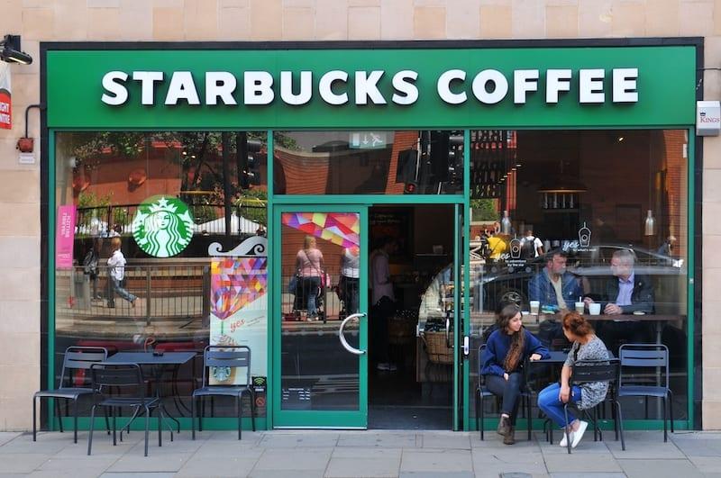 Starbucks est l'une des nombreuses entreprises à avoir éliminé les paiements en espèces pendant la pandémie.