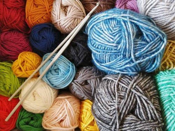 Un magasin d'artisanat qui vendait du fil, des aiguilles et des motifs pourrait suggérer le tricot.