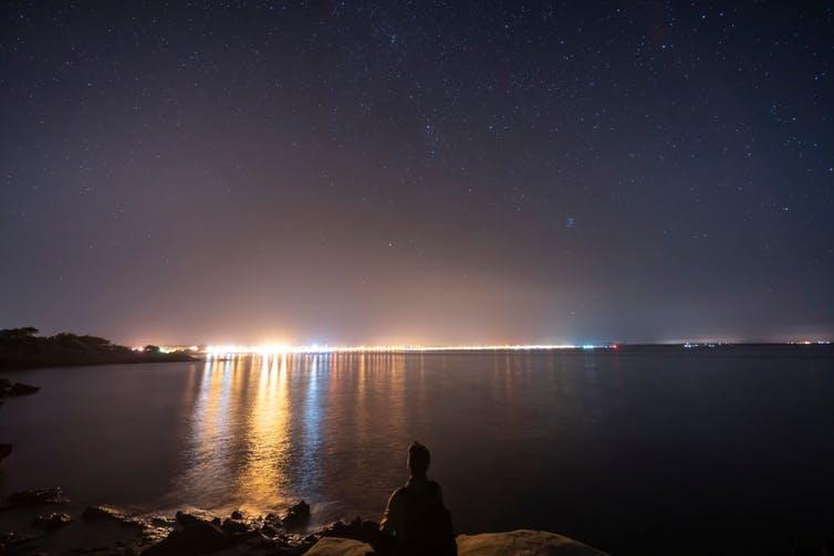 La ligne d'horizon de Majorque à l'horizon avec une lumière s'étendant sur la mer.