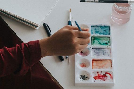 Pensez au contenu autour d'une activité de rencontre amusante à la maison, comme la peinture.