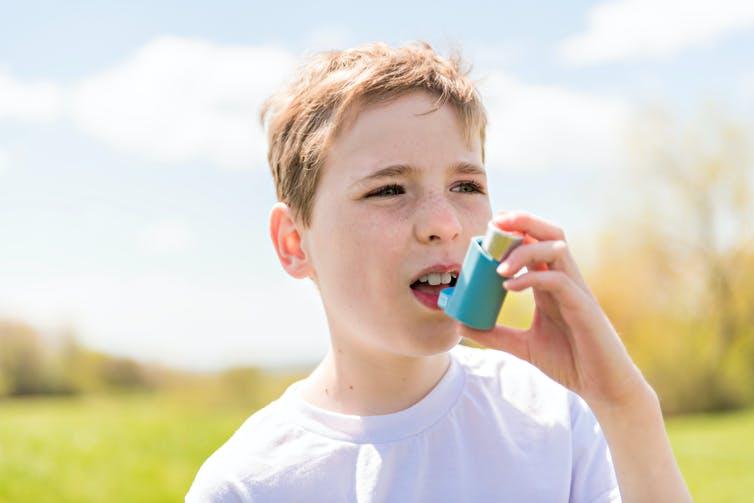 Enfant utilisant l'inhalateur.