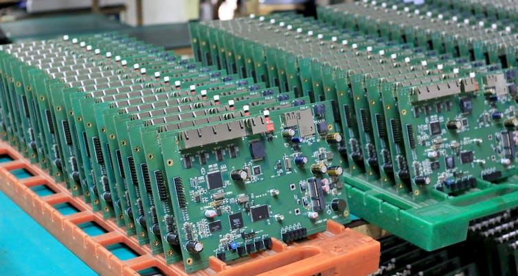 Une rangée de circuits imprimés.